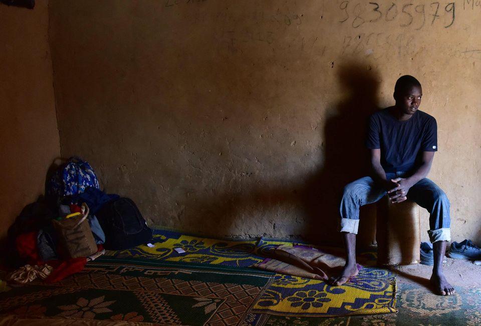 Un migrant attend dans un «ghetto» à Agadez (nord du Niger) de rejoindre la Libye, d'où il compte franchir la Méditerranée pour gagner l'Europe.