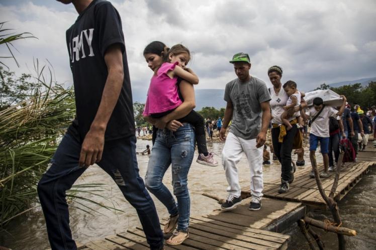 Des réfugiés et des migrants vénézuéliens traversent la frontière pour se rendre à Cucuta, en Colombie.